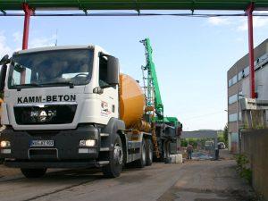 Transportbeton-Lieferung auf geschäftlichen Baustellen